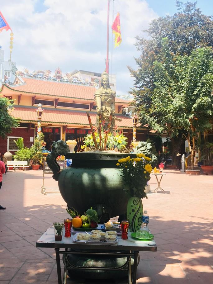 Lư hương trước tượng đài Trần Hưng Đạo đã an vị ở Đền thờ Đức thánh Trần - Ảnh 3.