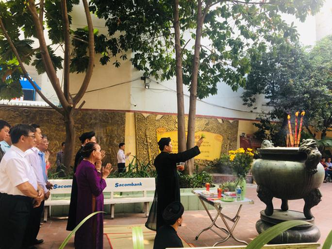 Lư hương trước tượng đài Trần Hưng Đạo đã an vị ở Đền thờ Đức thánh Trần - Ảnh 1.