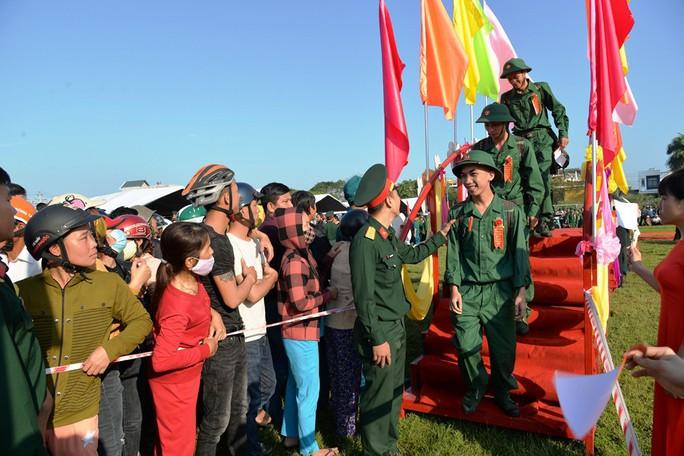 Hơn 100 thanh niên ở Quảng Ngãi viết đơn xin lên đường nhập ngũ - Ảnh 1.