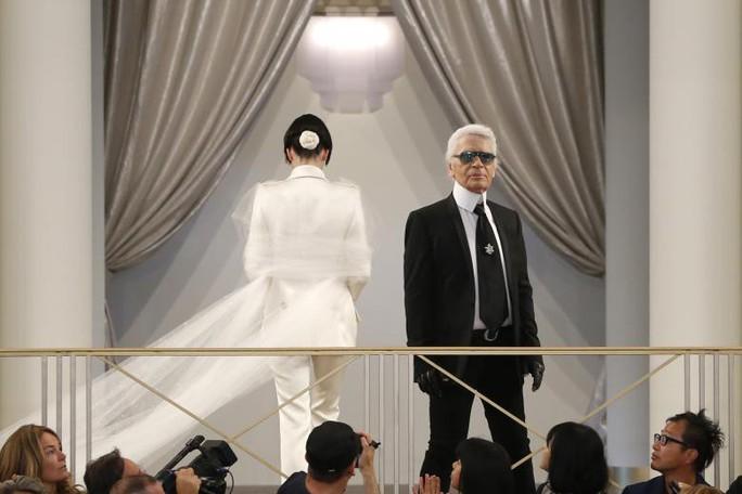 Những khoảnh khắc đáng nhớ của bố già thời trang Karl Lagerfeld - Ảnh 13.