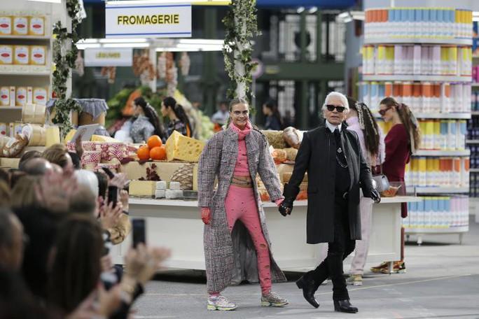 Những khoảnh khắc đáng nhớ của bố già thời trang Karl Lagerfeld - Ảnh 12.