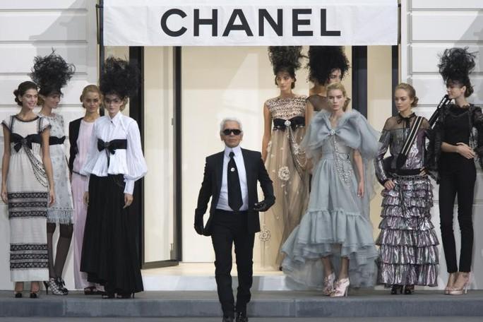 Những khoảnh khắc đáng nhớ của bố già thời trang Karl Lagerfeld - Ảnh 11.