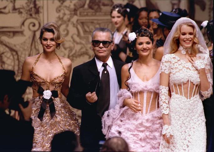 Những khoảnh khắc đáng nhớ của bố già thời trang Karl Lagerfeld - Ảnh 3.