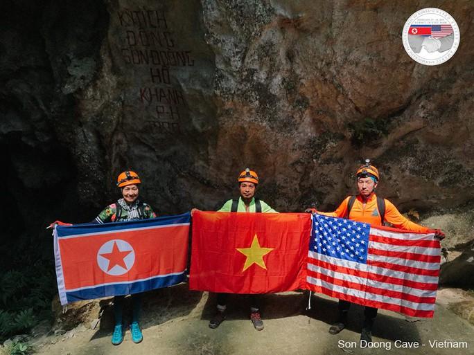 Rực rỡ quốc kỳ Việt Nam - Mỹ - Triều Tiên tại hang động lớn nhất thế giới - Ảnh 1.