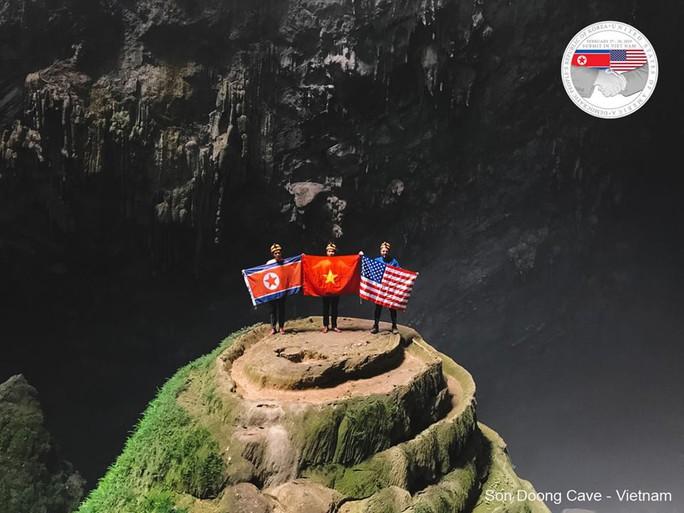 Rực rỡ quốc kỳ Việt Nam - Mỹ - Triều Tiên tại hang động lớn nhất thế giới - Ảnh 2.