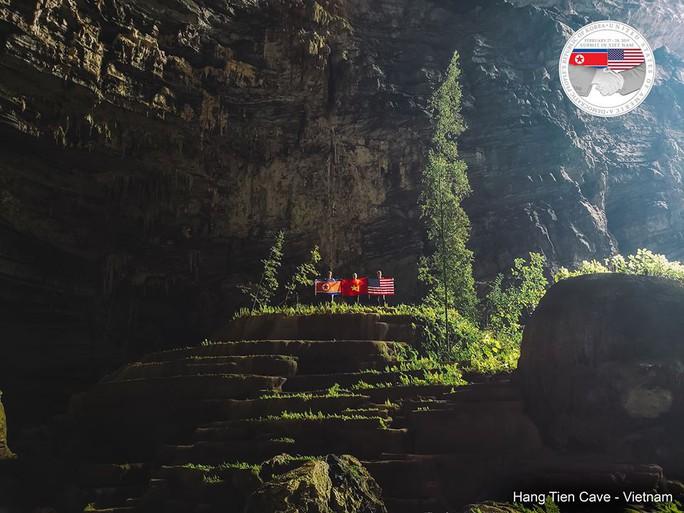 Rực rỡ quốc kỳ Việt Nam - Mỹ - Triều Tiên tại hang động lớn nhất thế giới - Ảnh 3.