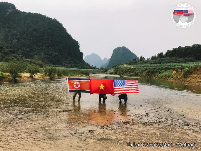 Rực rỡ quốc kỳ Việt Nam - Mỹ - Triều Tiên tại hang động lớn nhất thế giới - Ảnh 5.