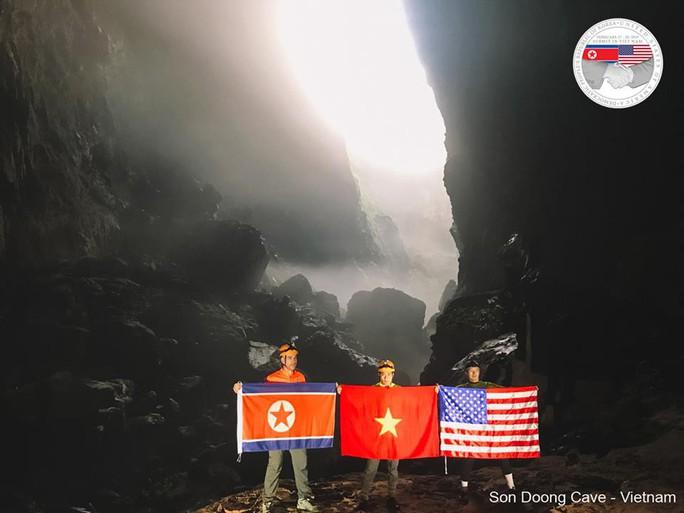 Rực rỡ quốc kỳ Việt Nam - Mỹ - Triều Tiên tại hang động lớn nhất thế giới - Ảnh 6.