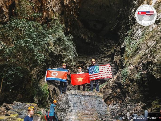 Rực rỡ quốc kỳ Việt Nam - Mỹ - Triều Tiên tại hang động lớn nhất thế giới - Ảnh 7.