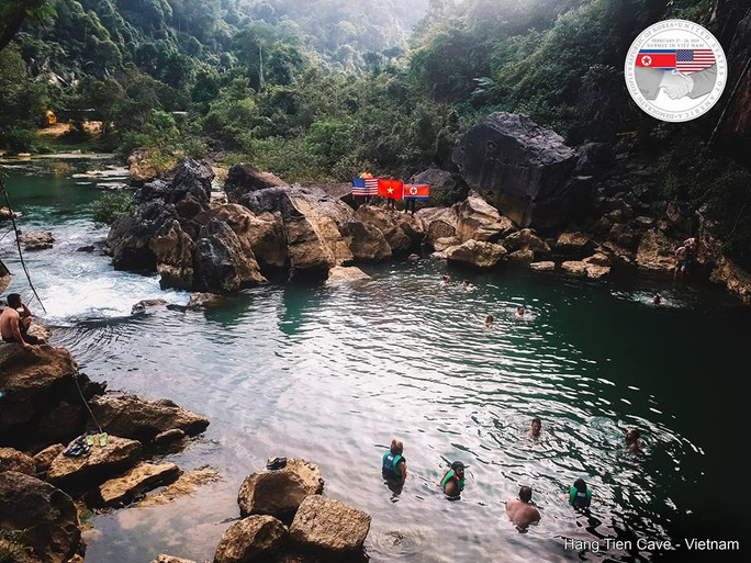 Rực rỡ quốc kỳ Việt Nam - Mỹ - Triều Tiên tại hang động lớn nhất thế giới - Ảnh 9.