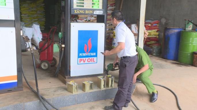 Phạt hơn 100 triệu đồng cửa hàng bán xăng kém chất lượng - Ảnh 1.