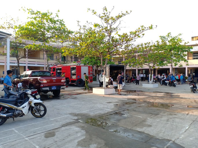 Đám cháy bùng phát bên trong trường tiểu học vào giờ ra chơi - Ảnh 1.