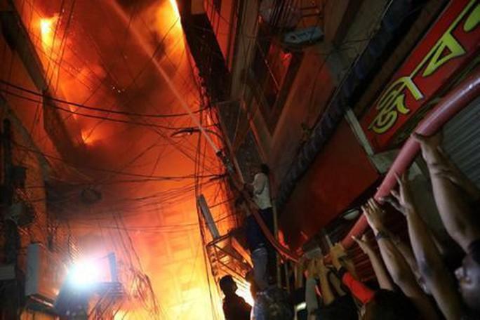 Không chạy được do kẹt xe, gần 70 người chết thảm trong đám cháy - Ảnh 1.