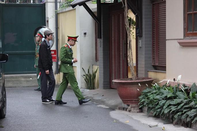 Cận cảnh khám xét nhà 2 cựu bộ trưởng Nguyễn Bắc Son và Trương Minh Tuấn - Ảnh 1.