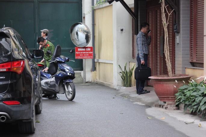 Cận cảnh khám xét nhà 2 cựu bộ trưởng Nguyễn Bắc Son và Trương Minh Tuấn - Ảnh 7.