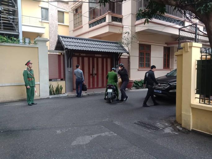 Cận cảnh khám xét nhà 2 cựu bộ trưởng Nguyễn Bắc Son và Trương Minh Tuấn - Ảnh 10.