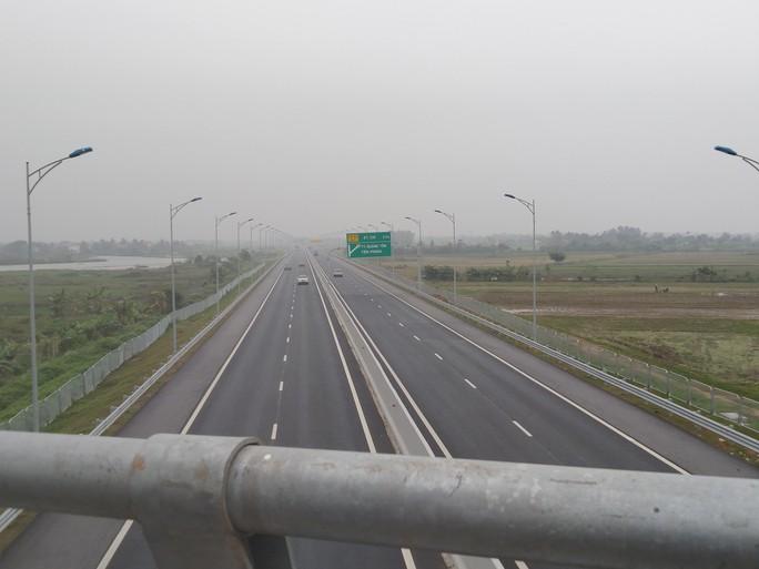Bắt quả tang 3 học sinh ném đá vào phương tiện lưu thông trên cao tốc - Ảnh 1.