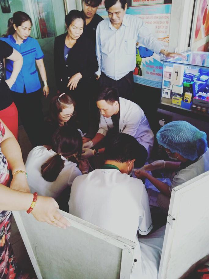 Nhân viên bán vé đỡ đẻ thành công... trong nhà vệ sinh Bến xe Miền Đông - Ảnh 3.