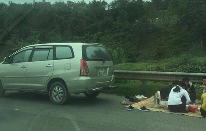 Lại dừng xe tổ chức ăn uống trên cao tốc Nội Bài-Lào Cai - Ảnh 1.