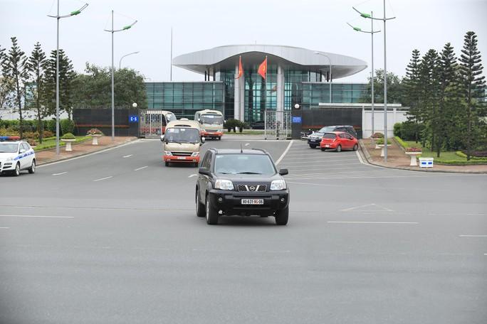 Đoàn xe rời Nội Bài về trung tâm Hà Nội sau khi máy bay Air Koryo của Triều Tiên hạ cánh - Ảnh 11.
