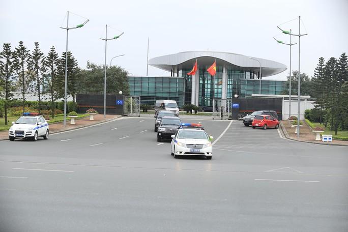 Đoàn xe rời Nội Bài về trung tâm Hà Nội sau khi máy bay Air Koryo của Triều Tiên hạ cánh - Ảnh 3.