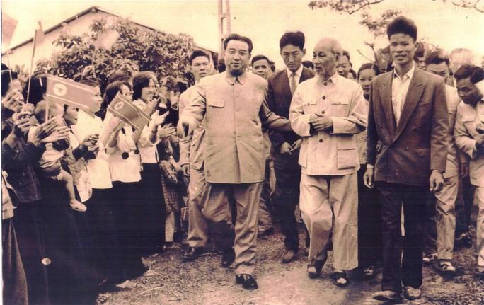 Câu chuyện đằng sau bức ảnh chụp Bác Hồ và Chủ tịch Kim Nhật Thành - Ảnh 1.