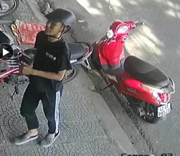 Truy tìm đối tượng giả vờ hỏi mua card điện thoại rồi trộm tài sản - Ảnh 1.