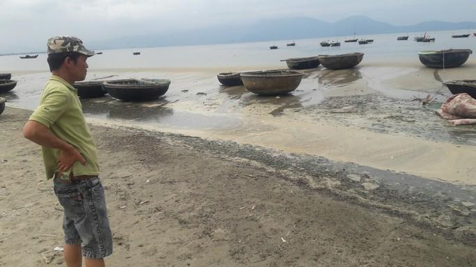 Trạm bơm quá tải, nước thải sủi bọt vàng đục chảy ra biển  - Ảnh 1.