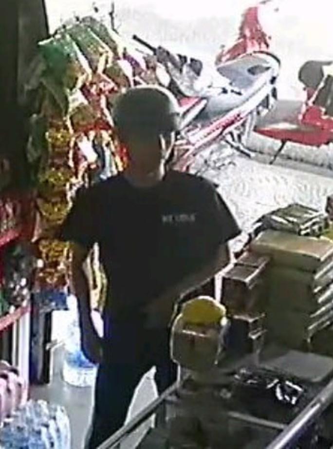 Truy tìm đối tượng giả vờ hỏi mua card điện thoại rồi trộm tài sản - Ảnh 2.