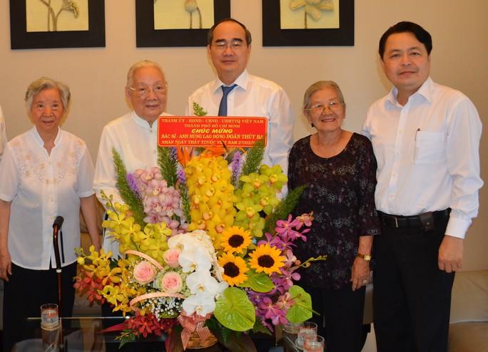 Bí thư Thành ủy TP HCM Nguyễn Thiện Nhân thăm 2 nguyên Thứ trưởng Bộ Y tế - Ảnh 1.