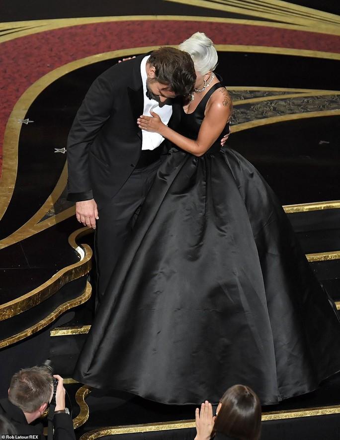 Lady Gaga và Bradley Cooper vướng nghi án phim giả tình thật - Ảnh 9.