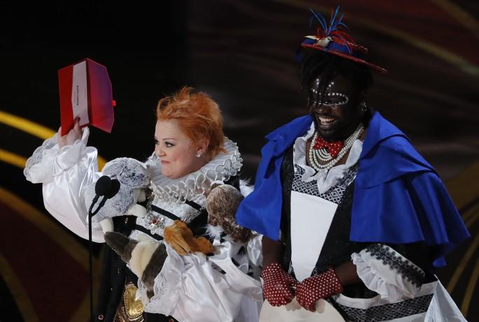 Đầm lập dị trên sân khấu lễ trao Giải Oscar bị chỉ trích - Ảnh 3.