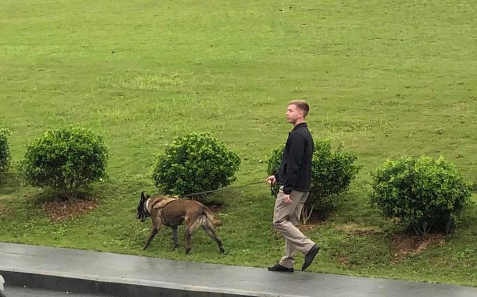 Mật vụ Mỹ dẫn chó nghiệp vụ lùng sục quanh khách sạn JW Marriott - Ảnh 1.