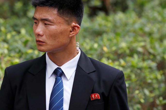 Hơn 100 cận vệ tháp tùng ông Kim Jong-un tới Việt Nam - Ảnh 2.