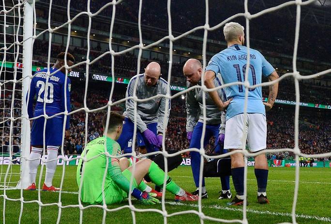 Thủ môn Chelsea chống lệnh, HLV Sarri giận sôi máu - Ảnh 3.