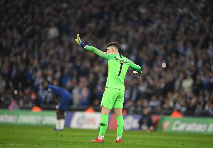 Thủ môn Chelsea chống lệnh, HLV Sarri giận sôi máu - Ảnh 4.