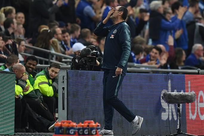 Thủ môn Chelsea chống lệnh, HLV Sarri giận sôi máu - Ảnh 6.