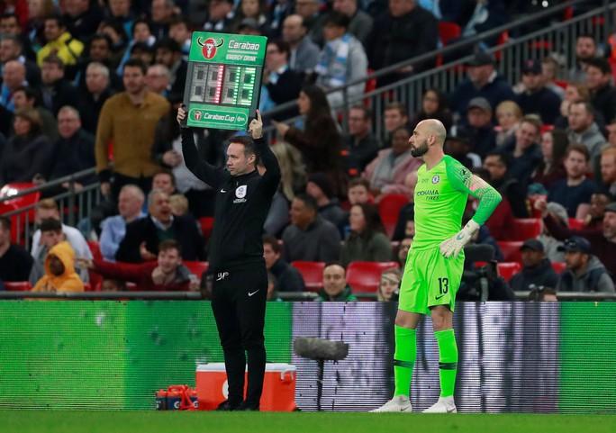 Thủ môn Chelsea chống lệnh, HLV Sarri giận sôi máu - Ảnh 5.