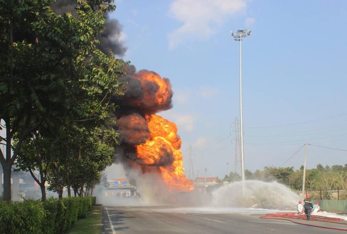 Xe bồn chở xăng cháy ngùn ngụt trên xa lộ Hà Nội - Ảnh 4.