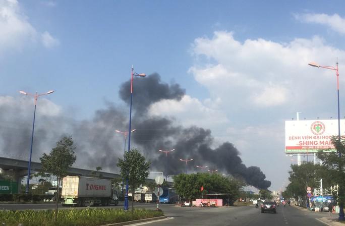 Xe bồn chở xăng cháy ngùn ngụt trên xa lộ Hà Nội - Ảnh 3.