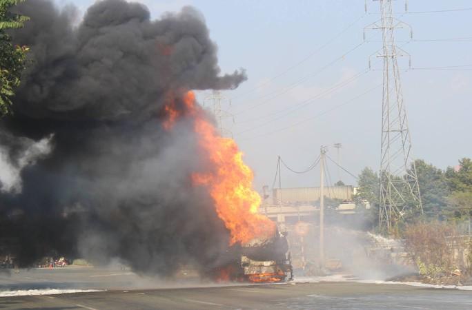 Xe bồn chở xăng cháy ngùn ngụt trên xa lộ Hà Nội - Ảnh 2.