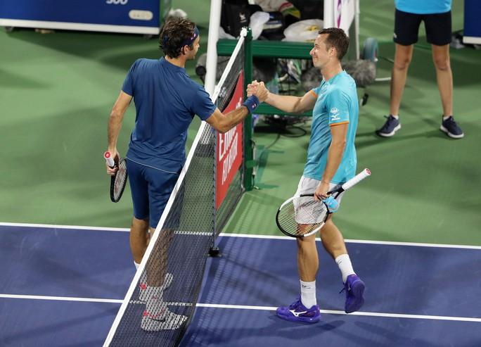 Federer khởi đầu suôn sẻ chặng đường chinh phục danh hiệu thứ 100 - Ảnh 1.