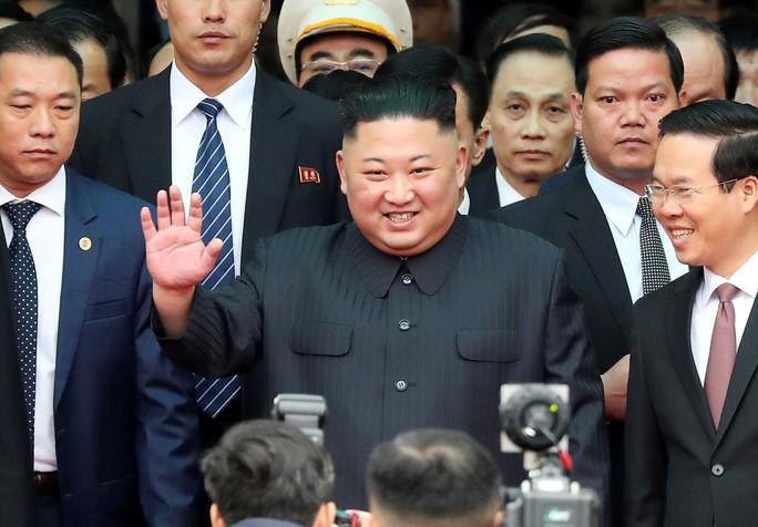 Dàn cận vệ chạy theo xe, đưa Chủ tịch Kim Jong-un rời ga Đồng Đăng - Ảnh 5.
