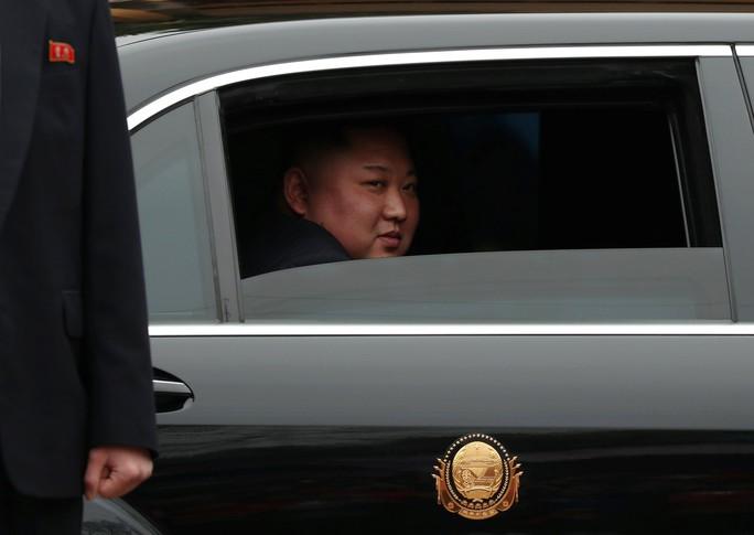 Dàn cận vệ chạy theo xe, đưa Chủ tịch Kim Jong-un rời ga Đồng Đăng - Ảnh 6.