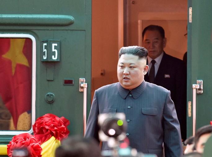 Dàn cận vệ chạy theo xe, đưa Chủ tịch Kim Jong-un rời ga Đồng Đăng - Ảnh 2.
