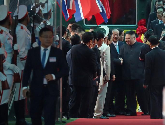 Dàn cận vệ chạy theo xe, đưa Chủ tịch Kim Jong-un rời ga Đồng Đăng - Ảnh 1.