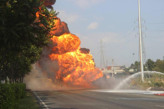 Xe bồn chở xăng cháy ngùn ngụt trên xa lộ Hà Nội - Ảnh 1.