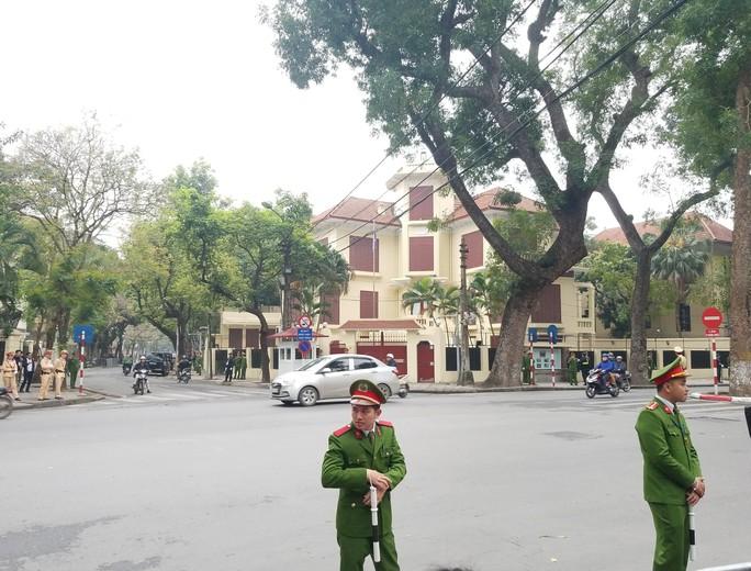 Clip đoàn xe hộ tống Chủ tịch Kim Jong-un thăm Đại sứ quán Triều Tiên - Ảnh 5.