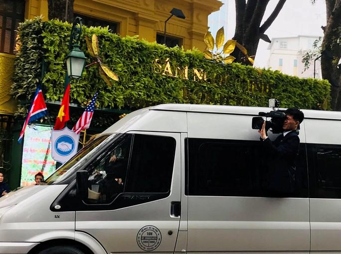 Phóng viên Triều Tiên nhoài người ra cửa xe quay Chủ tịch Kim Jong-un - Ảnh 2.