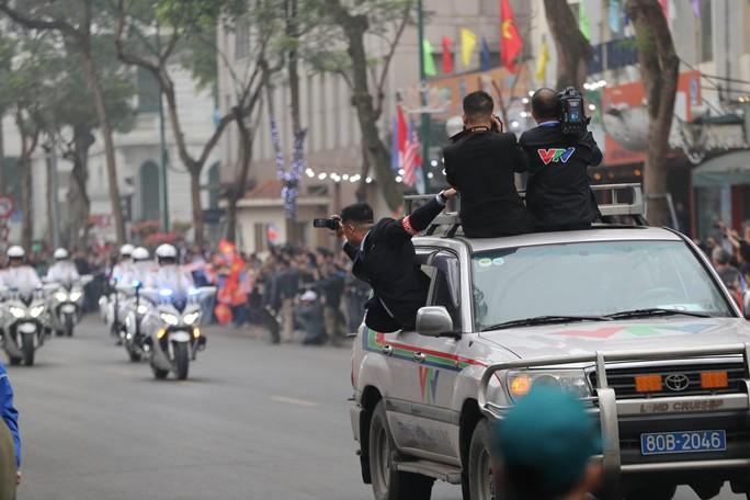 Phóng viên Triều Tiên nhoài người ra cửa xe quay Chủ tịch Kim Jong-un - Ảnh 3.